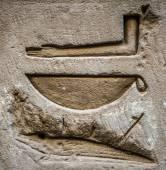 Egyptische hiërogliefen op de muur in een tempel — Stockfoto