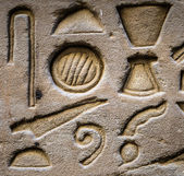 Egyptian hieroglyphs on the wall of the Horus temple in Egypt — Stockfoto