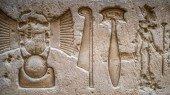 Egyptian hieroglyphs on the wall in the Sobek temple in Kom Ombo, Egypt — Stockfoto