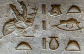 Egyptian hieroglyphs on the wall in the Sobek temple in Kom Ombo, Egypt — Foto Stock