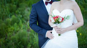 Newlyweds with wedding bouquet — Stock Photo