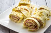Roll of piadina with ham and cheese — Foto de Stock