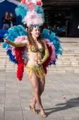 Ragazza che balla sulla strada della città — Foto Stock