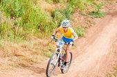 在越野比赛骑自行车的人 — 图库照片