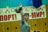 A garota no esporte kettlebell — Fotografia Stock