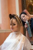 Hairdresser makes the wedding hairstyle — Foto de Stock