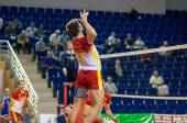 Men play volleyball — Stockfoto