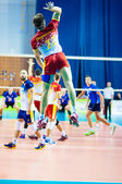 Men play volleyball — Стоковое фото