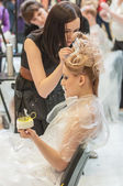 Hairdresser makes the wedding hairstyle. — Stock Photo