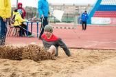 Homens competem no salto em comprimento, Orenburg, Rússia — Fotografia Stock