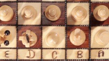 Juego de ajedrez sobre una mesa — Vídeo de Stock