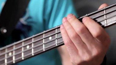 Mężczyzn, gra na gitarze w studio muzyczne — Wideo stockowe