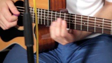 Men playing at guitar in musical studio — Stock Video