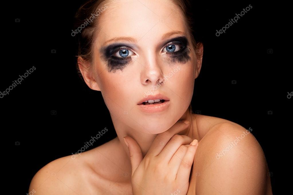 Плачущая девушка с голубыми глазами фото