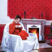 Donna sorridente con una tazza di caffè in una sala d'epoca rossa con chr — Foto Stock