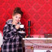 Girl in worm clothes inside a red vintage room with christmas de — Stockfoto