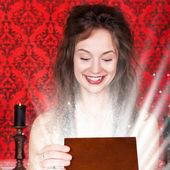 Sorridente ragazza in abito da sera aprendo una scatola di legno regalo in vinta — Foto Stock