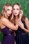 Две сексуальные женщины в зеленых ретро Винтаж интерьер — Стоковое фото