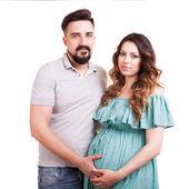 Беременная женщина со своим мужем, изолированные на белом фоне — Стоковое фото