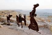 Farm animals and human statues in the Negev desert, En Avdat National Park, — Stock Photo