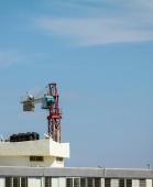 Criação de um guindaste de torre no local da construção. O contador — Fotografia Stock