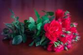 Красивый букет цветов на старый деревянный стол. — Стоковое фото
