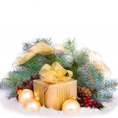 Gold gift box with ribbon and bow isolated. — Stock Photo