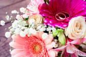 Flowers rose on wooden surface. — Fotografia Stock