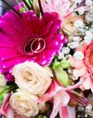 Flores color de rosa en la superficie de madera. — Foto de Stock