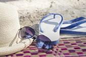 Sommaren koncept med tillbehör på sandstrand — Stockfoto
