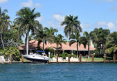 Waterfront mansion with boat and dock — Stock Photo