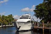 Vue de face d'yacht de luxe — Photo