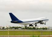 Boeing 747 landing — Stock Photo