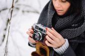 Krásná brunetka s vinobraní fotoaparát — Stock fotografie