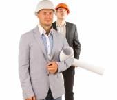 Zwei männliche Mittelalter-Ingenieure holding Blaupausen — Stockfoto