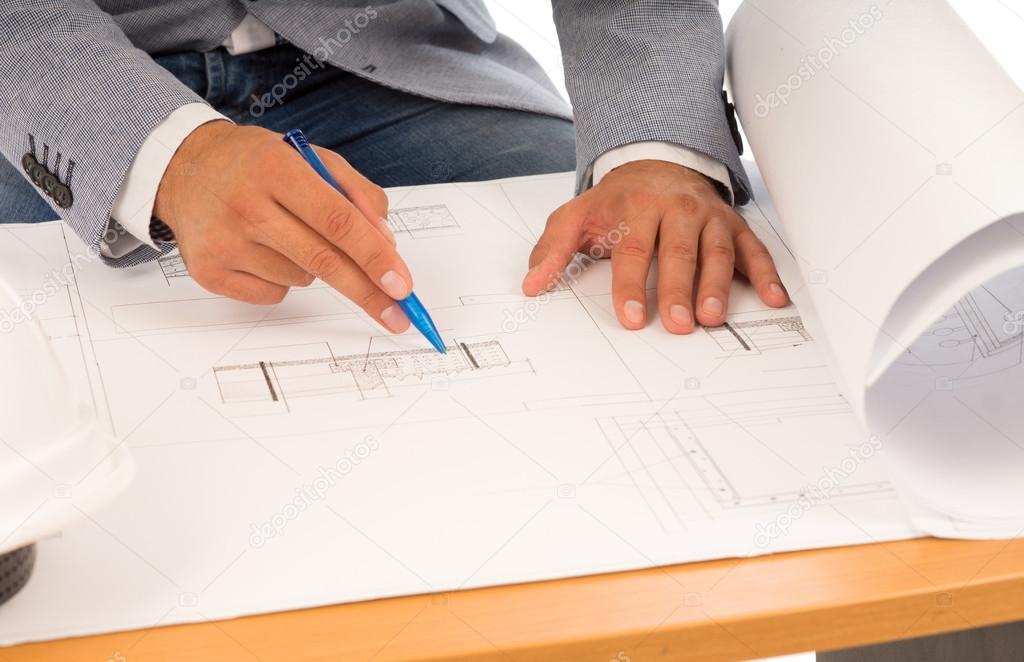 arquitecto o Ingeniero comprobando un plano � Foto stock ...