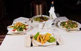 столовый набор с ужин для четырех — Стоковое фото
