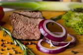 Sliced Beef and Red Onions on Chopping Board — Stockfoto