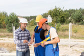 Engineer discussing specifications with workmen — Stock Photo
