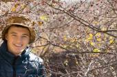 Smiling handsome young man outdoors in woodland — Foto de Stock