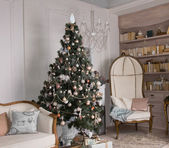 Decorated Christmas tree in a living room — Foto de Stock