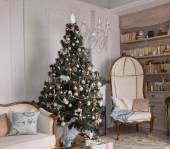 Decorated Christmas tree in a living room — Стоковое фото