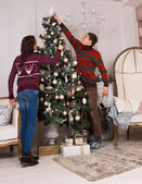 Couple decorating the family Christmas tree — Стоковое фото