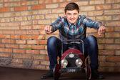 Giovane che guida sull'automobile del giocattolo dell'annata — Foto Stock