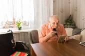 Old Man Cleaning his Beard with Razor at the Table — Stock Photo