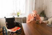Starší muž holení jeho vousy v obývacím pokoji — Stock fotografie
