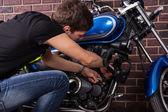 他的摩托车手动修复的年轻人 — 图库照片