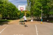 Man Taking Lay Up Shot on Basketball Court — Stock Photo