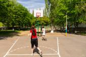 Couple Playing Basketball on Outdoor Court — Stock Photo