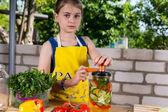 Ung flicka tappning färska grönsaker — Stockfoto
